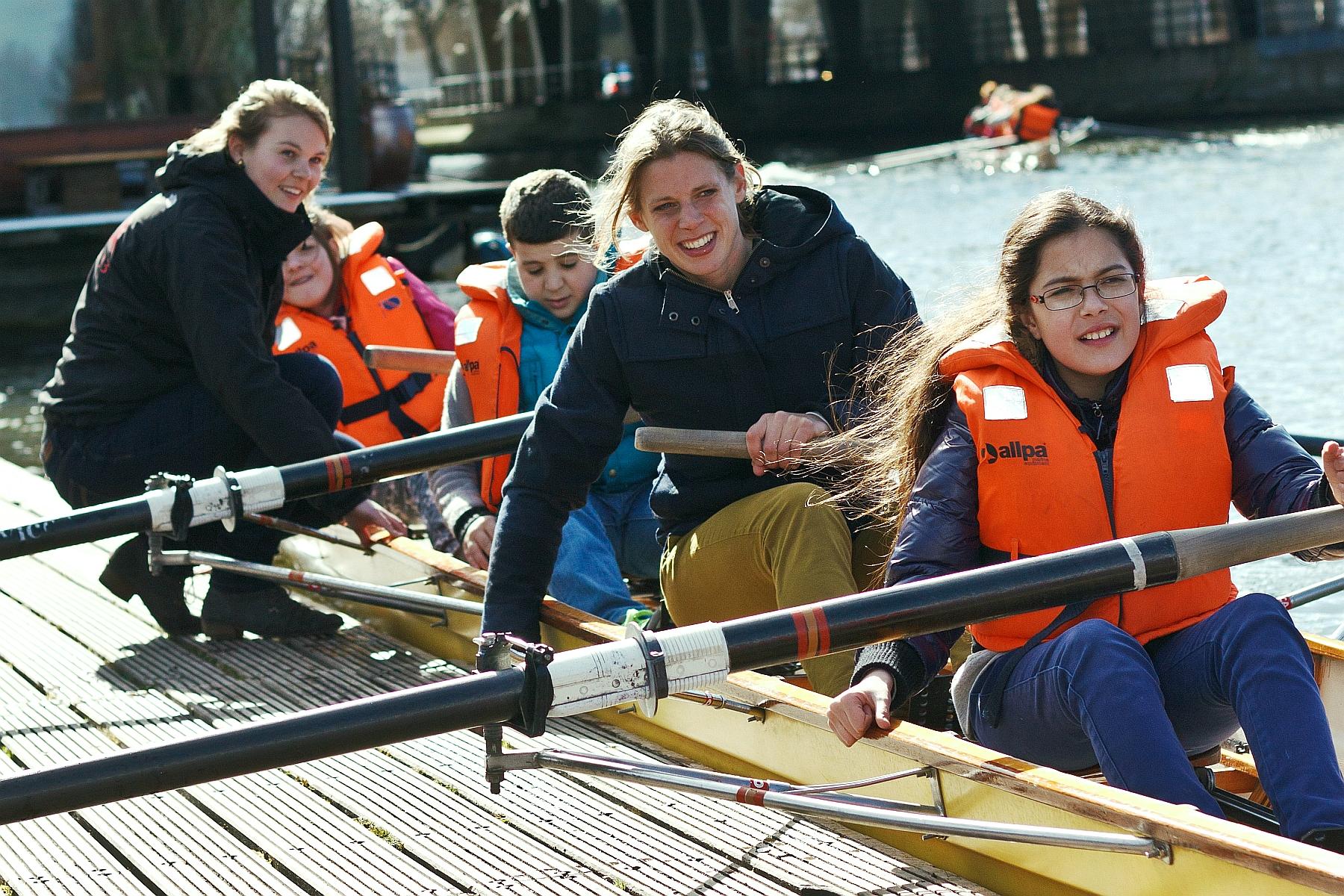 Da Costa kids met Claudia belderbos in een roeibootje