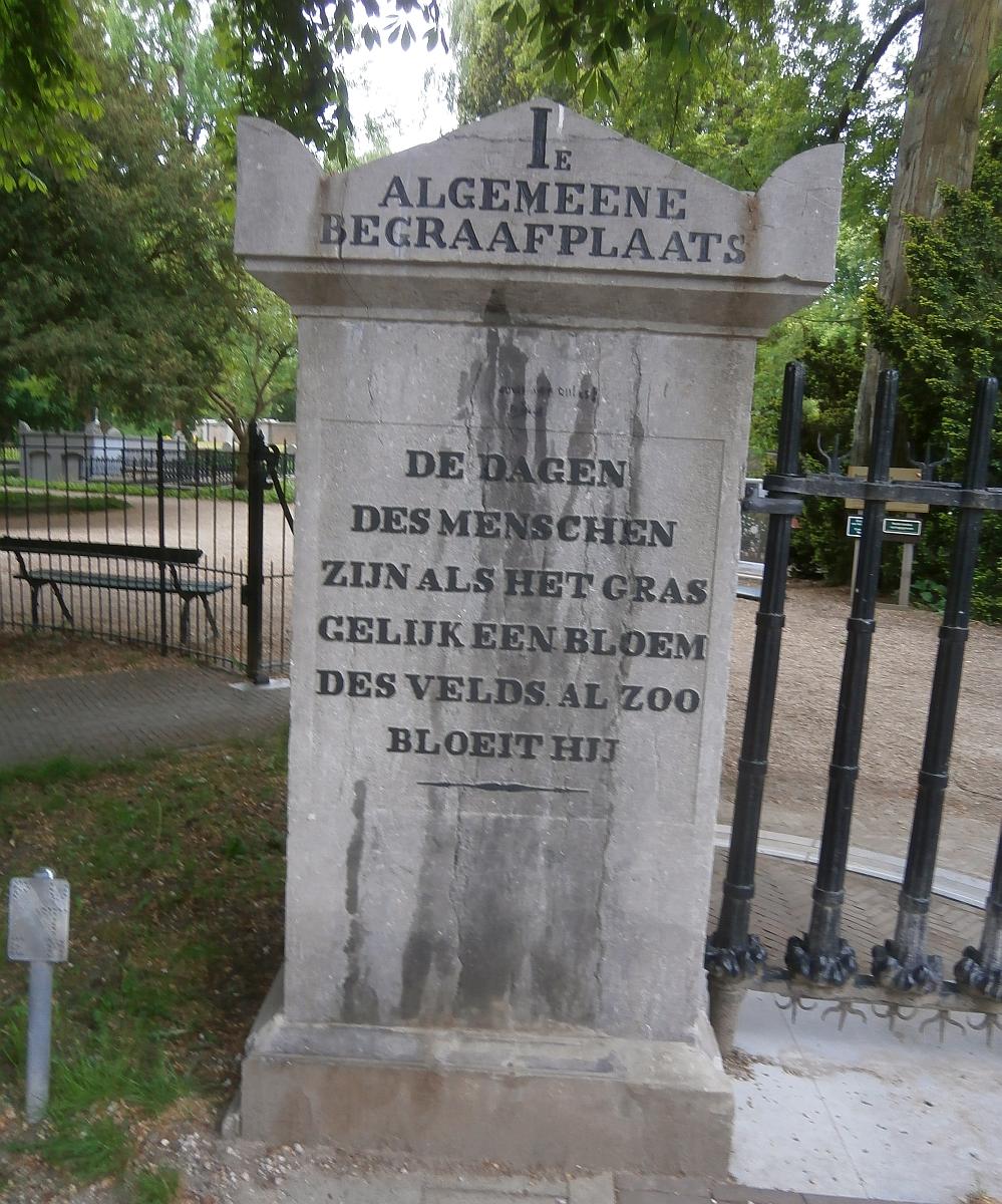 Soestbergen Zuil met tekst ingang 1e begraafpl