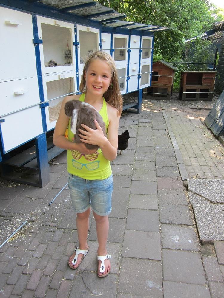 Sophie met konijn