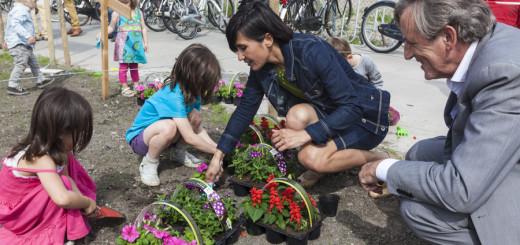 Kinderen planten bloemen samen met M. van Loon en M. Mulder (foto: Bianca de Wit Photography)