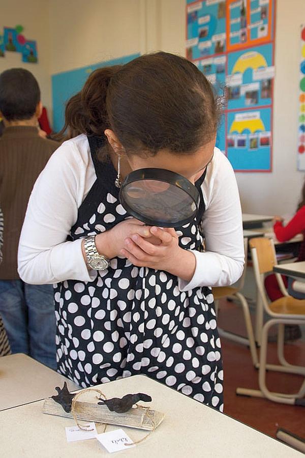 Ariensschool Hoograven meisje met grote loep lente 2013