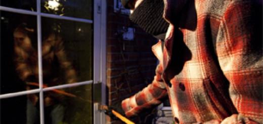Inbreker met breekijzer probeert deur te forceren