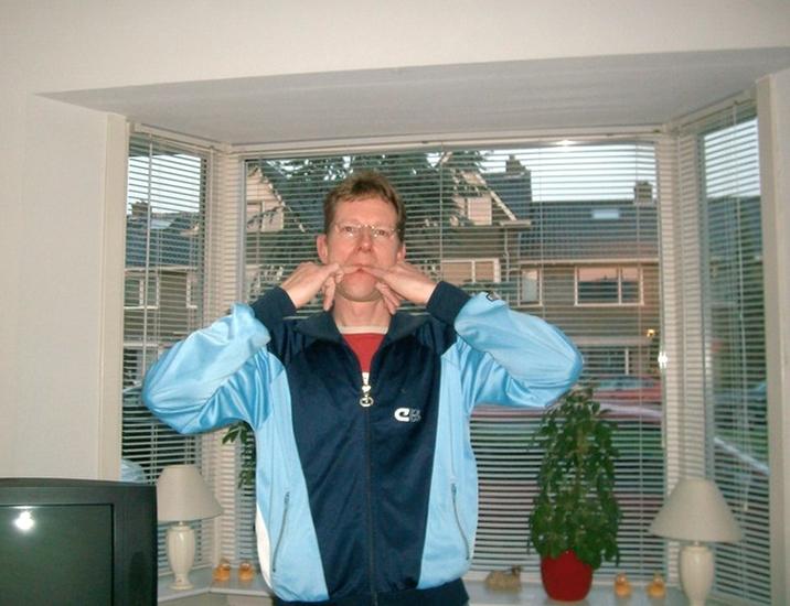 kunstfluiter Henry Glissenaar uit Hoograven fluit kunst in zijn woonkamer Julianaweg